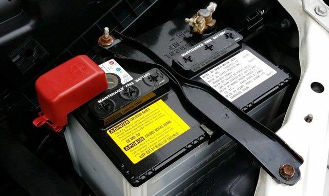 Как снять аккумулятор с машины?