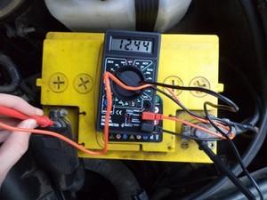 Заряд аккумулятора автомобиля: норма и проверка