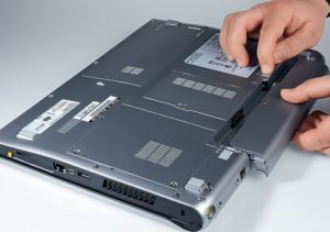 Как вытащить батарею из ноутбука?
