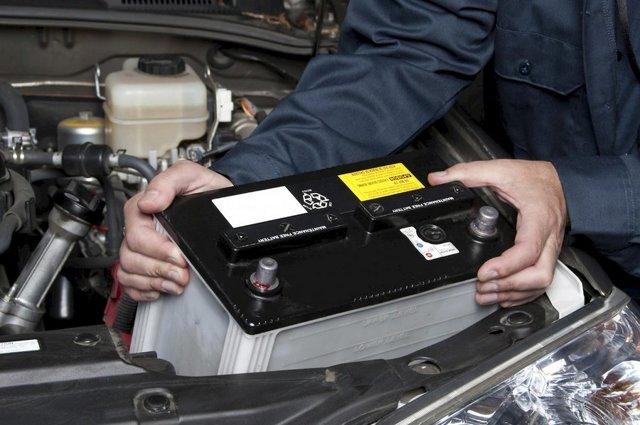 Как поменять аккумулятор на машине
