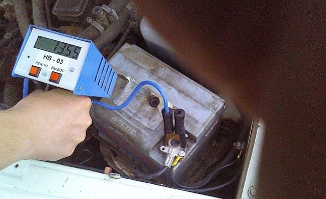 Напряжение аккумулятора автомобиля