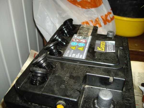 Уровень электролита в автомобильном аккумуляторе